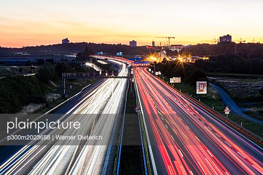 Germany, Baden-Wuerttemberg, Stuttgart, Autobahn A8 in the evening, light trails - p300m2023658 by Werner Dieterich