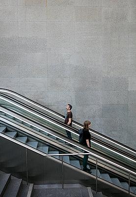 Mann und Frau auf der Rolltreppe im Bahnhof PP I - p1212m1137090 von harry + lidy