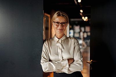 Portrait of smiling businesswoman - p300m2069969 by Joseffson