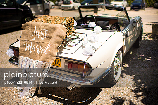 Wedding car ready to go - p1007m2216514 by Tilby Vattard