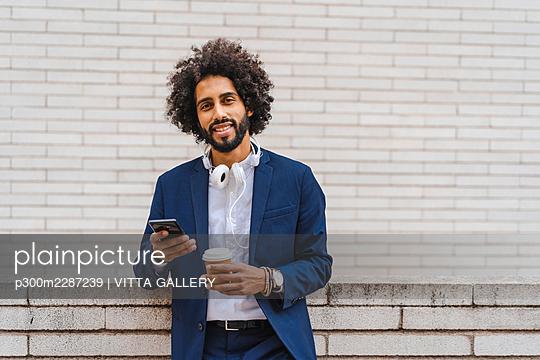 Barcelona, Spain.Young business afroamerican man outdoors. Business man, young, work, office, job, commute - p300m2287239 von VITTA GALLERY