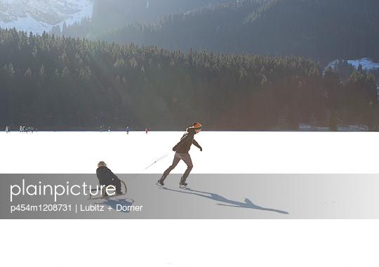 Raus in die Kälte - p454m1208731 von Lubitz + Dorner