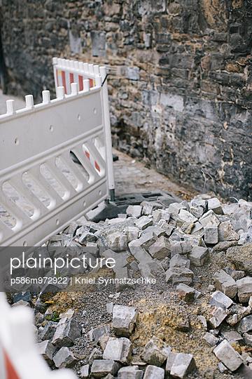 Pflastersteine hinter einer Absperrung - p586m972922 von Kniel Synnatzschke