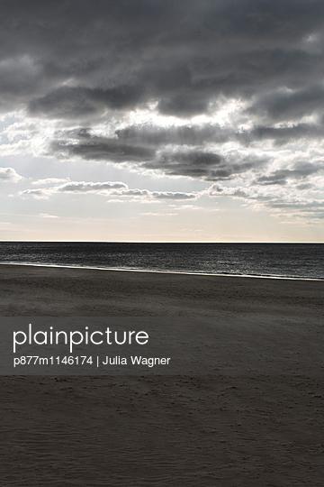 Graues Meer - p877m1146174 von Julia Wagner