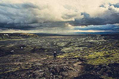 Woman hiking inLakagigarin Iceland - p1084m986816 by Operation XZ