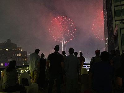 People watching fireworks on July 4th - p1166m2153672 by Cavan Images