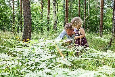Vater mit Tochter im Wald - p712m1160012 von Jana Kay
