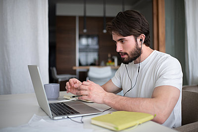 Bearded man making video call to colleagues - p1166m2193860 by Cavan Images