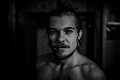 Scene guy, portrait - p1267m2278537 by Jörg Meier