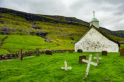 Denmark, Faroe islands, Streymoy, Saksun, Old church - p300m2077716 by Michael Runkel