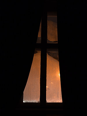 View out of a window at night - p795m2273154 by JanJasperKlein
