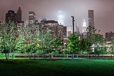City park at night in New York - p913m1113020 by LPF