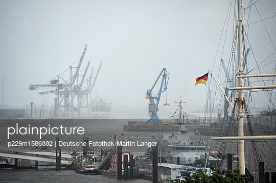 Landungsbrücken  - p229m1586882 von Martin Langer