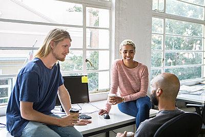 Junge Leute im Gespräch - p1156m1572743 von miep