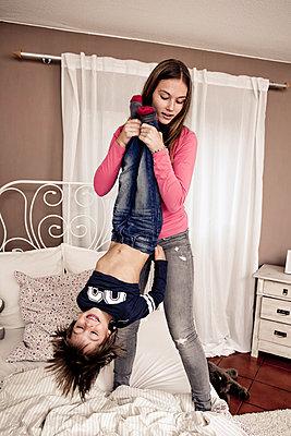 Schwester spielt mit ihrem Bruder - p1221m1066085 von Frank Lothar Lange