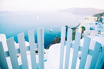 Greece, Santorini, Oia, view to the caldera with entrance gate in the foreground - p300m1166508 by Gemma Ferrando