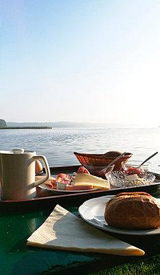 Frühstück am See - p551m1585648 von Kai Peters
