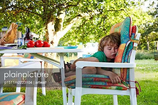 Little boy sleeping on lawn chair - p1511m2223104 by artwall