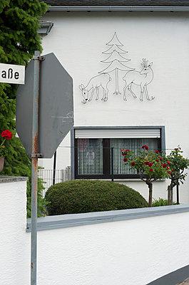 Rehe an Fassade - p1164m951960 von Uwe Schinkel