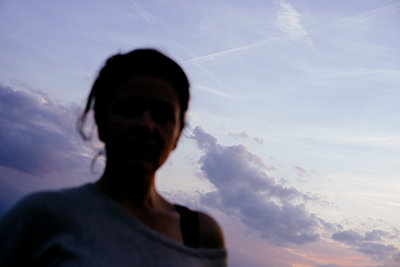 Silhouette of woman at sunset - p1551m2199973 by André Eikmeyer