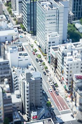 Tilt-shift bird's eye view of Tokyo cityscape, Tokyo, Japan - p307m1174655 by Takuji Wako