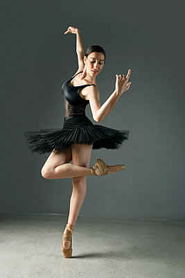Ballet dancer posing on pointe - p64115787f by Maria Teijeiro
