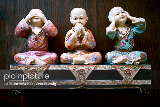 Three porcelain figures - p1210m1564799 by Ono Ludwig
