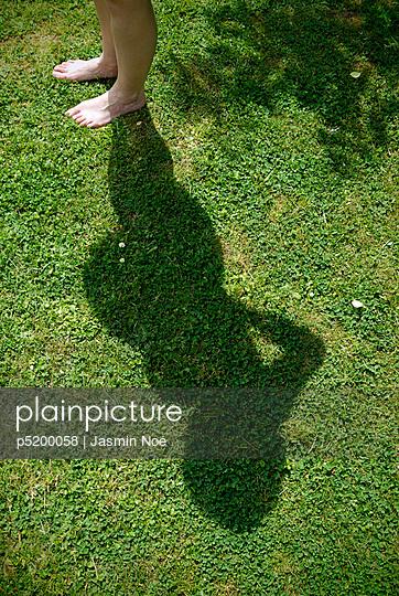 Barfuß im Garten - p5200058 von Jasmin Noé