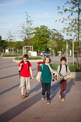 Drei Jungen unterwegs - p1195m1138164 von Kathrin Brunnhofer
