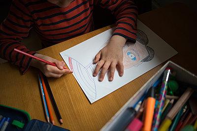 Kind malt ein Bild - p1308m2247478 von felice douglas
