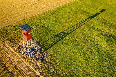 Raised hide, sun light and shadow on green meadow - p300m2069483 by Stefan Schurr