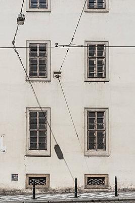 Hausfassade mit Gehweg  - p401m1477164 von Frank Baquet