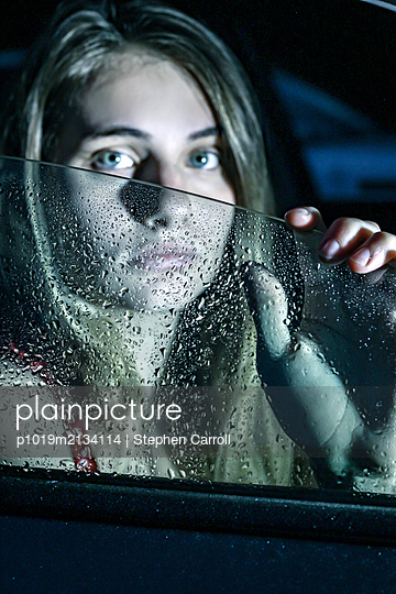 Young woman in the car - p1019m2134114 by Stephen Carroll