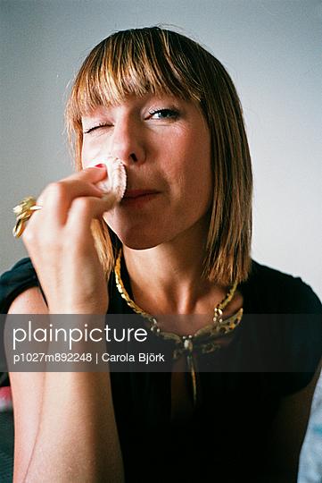 Make up - p1027m892248 by Carola Björk