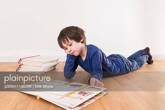 Lesen im Bilderbuch - p305m1146288 von Dirk Morla