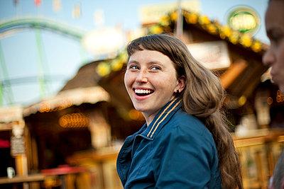 Junge Frau auf dem Jahrmarkt - p1195m1028211 von Kathrin Brunnhofer
