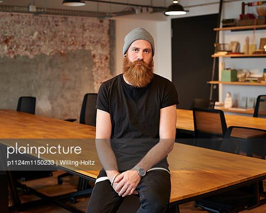 Mann in einem leeren Büroraum - p1124m1150233 von Willing-Holtz