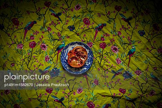 Stillleben Granatapfel - p1491m1582670 von Jessica Prautzsch