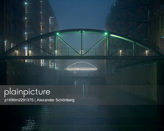 Fußgängerbrücke in der Speicherstadt - p1696m2291375 von Alexander Schönberg