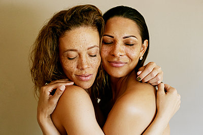 Close up of mixed race women hugging - p555m1523151 by Peathegee Inc