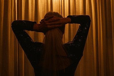 Frau vor einem Vorhang im Theater - p608m2157684 von Jens Nieth