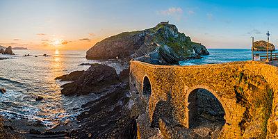 Spain, Basque Country, Gaztelugatxe. Walkway to the hermitage at sunset. - p651m2032828 by Marco Bottigelli