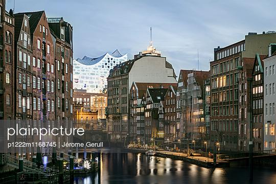 Speicherstadt mit Blick auf die Elbphilharmonie - p1222m1168745 von Jérome Gerull