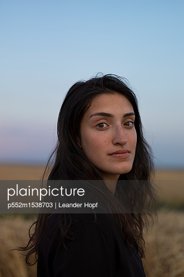 Portrait of woman with long hair - p552m1538703 by Leander Hopf