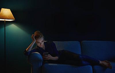 Frau auf ihrem Sofa - p1577m2150335 von zhenikeyev