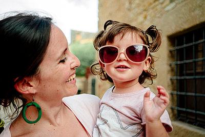 Happy baby girl wearing mother's sun glasses - p300m2005607 von Gemma Ferrando