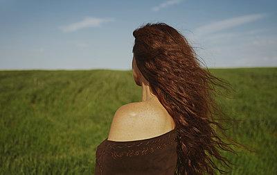 Redhead woman enjoying nature against sky - p300m2250355 by Arman Zhenikeyev
