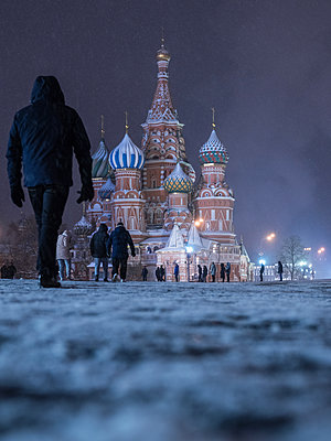 Roter Platz mit Kreml und Basilius Kathedrale im Winter bei Nacht - p390m1582791 von Frank Herfort