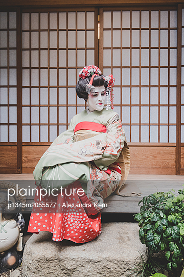 Frau im Geisha-Style trägt einen Kimono - p1345m2055577 von Alexandra Kern