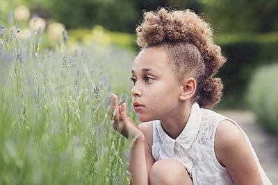 Girl in a lavender field - p1323m2100508 von Sarah Toure